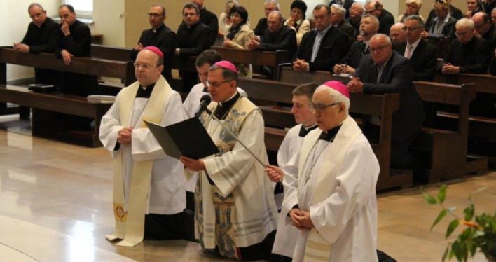 Arcybiskup Mieczysław Mokrzycki przekazał relikwie św. Jana Pawła II